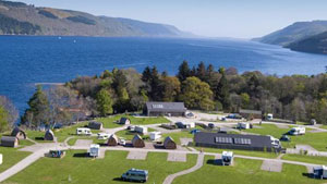 motorhomes-on-loch-ness-shores campsite