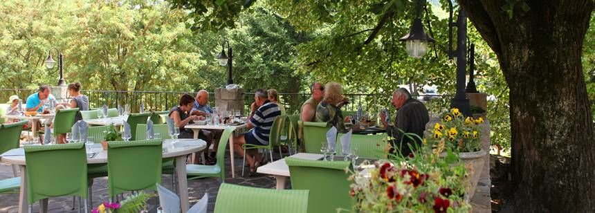 The restaurant terrace at Camping les Ranchisses,